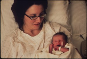 AT_CALGGETT_MEMORIAL_HOSPITAL-WALTER_SOLON_MOYER_III,_THE_FIRST_BABY_OF_THE_NEW_YEAR,_AND_HIS_MOTHER_-_NARA_-_552638