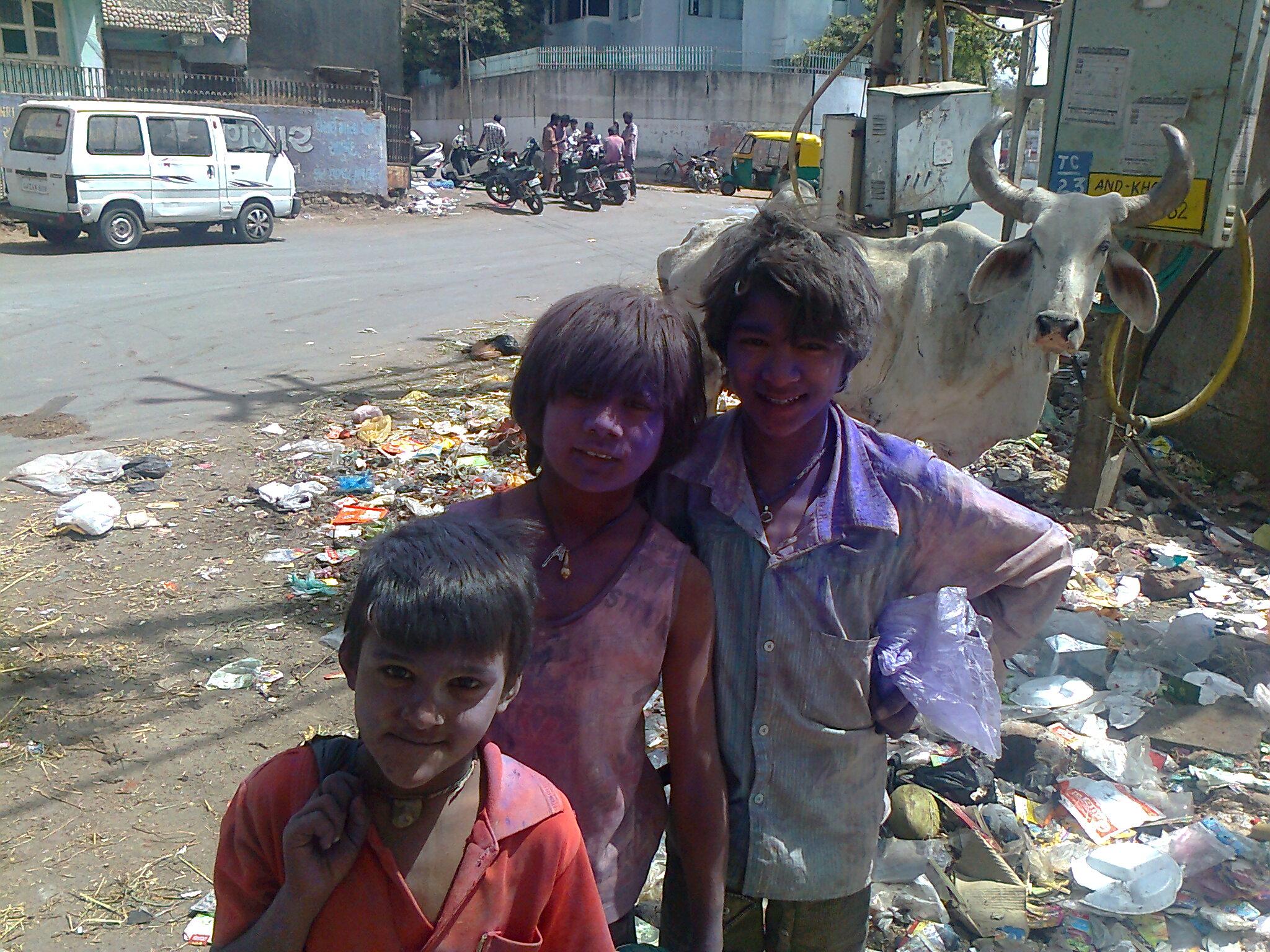 Poor_kids_on_holi_festival